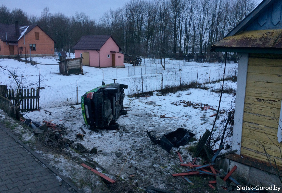 В Слуцке машина такси влетела в огород частного дома