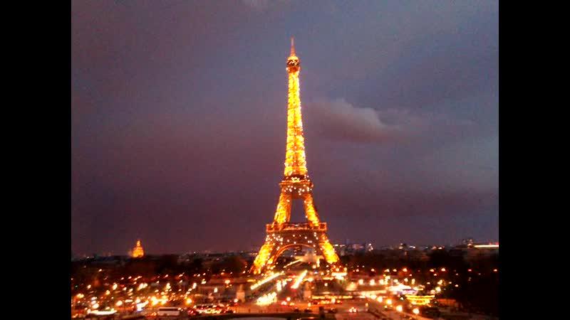 Эйфелева башня сияет