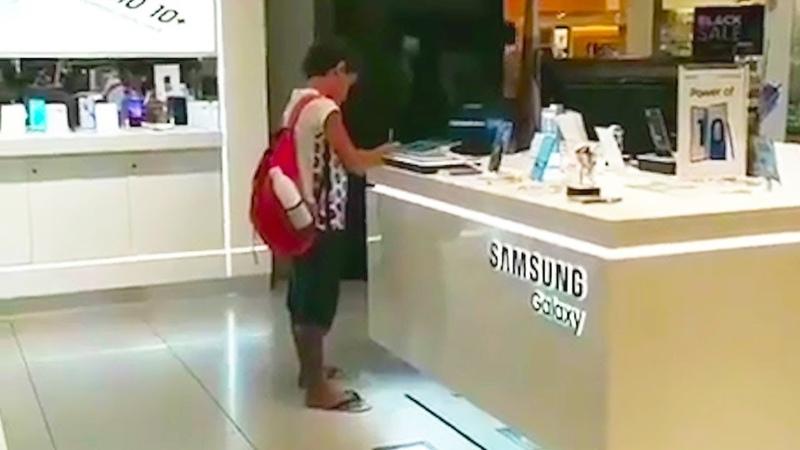 Bub spielte auf einem Tablett in einem Laden als der Verkäufer verstand warum nahm er ein Video auf