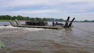 Наведение паромной переправы военными инженерами через реку Белую в Башкирии
