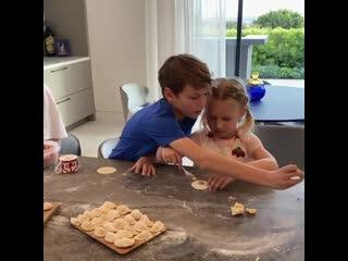 Ковальчук с детьми лепит пельмени